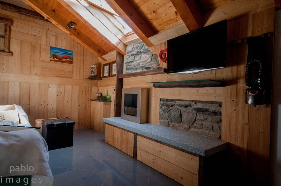 Parete in abete termotrattato idee ristrutturazione casa for Parete attrezzata con camino bioetanolo