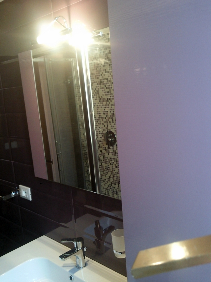 Foto: Parete Bagno Rivestita con Listelli di Ceramica Color Viola ...