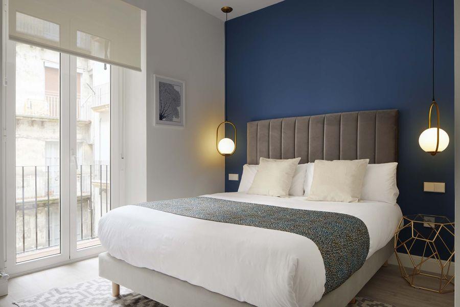 Parete blu camera da letto
