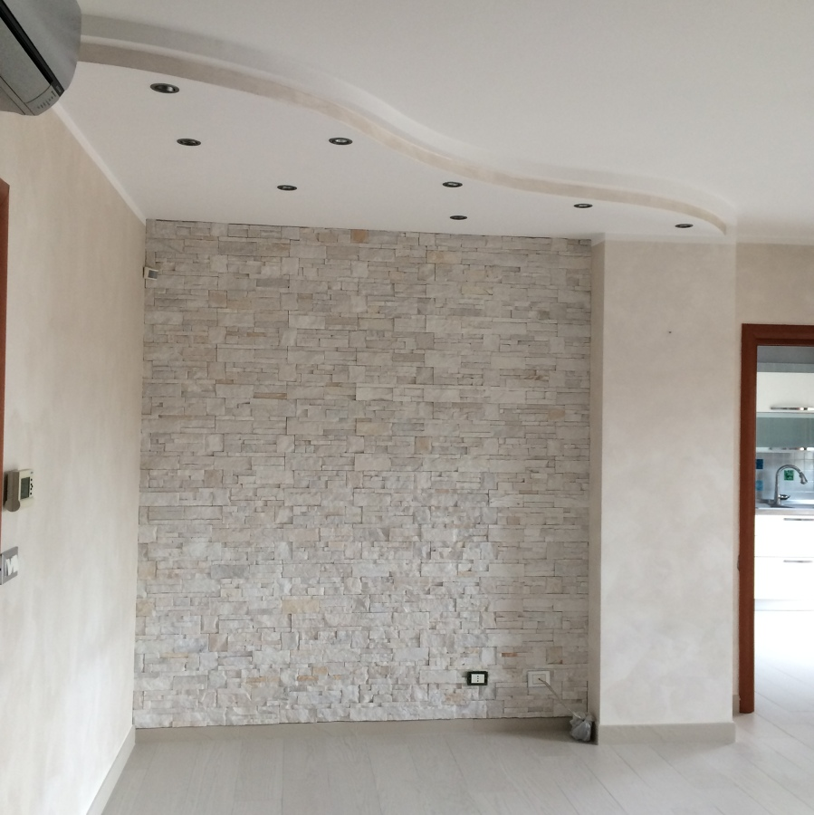 Progetto ristrutturazione bagno e pavimentazione alloggio - Parete rivestita in pietra ...