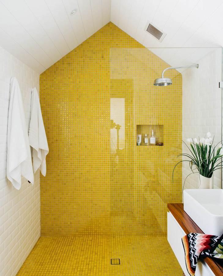 Parete gialla in mosaico