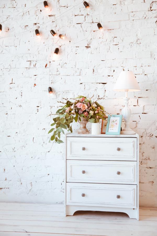 parete in mattoni dipinta di bianco