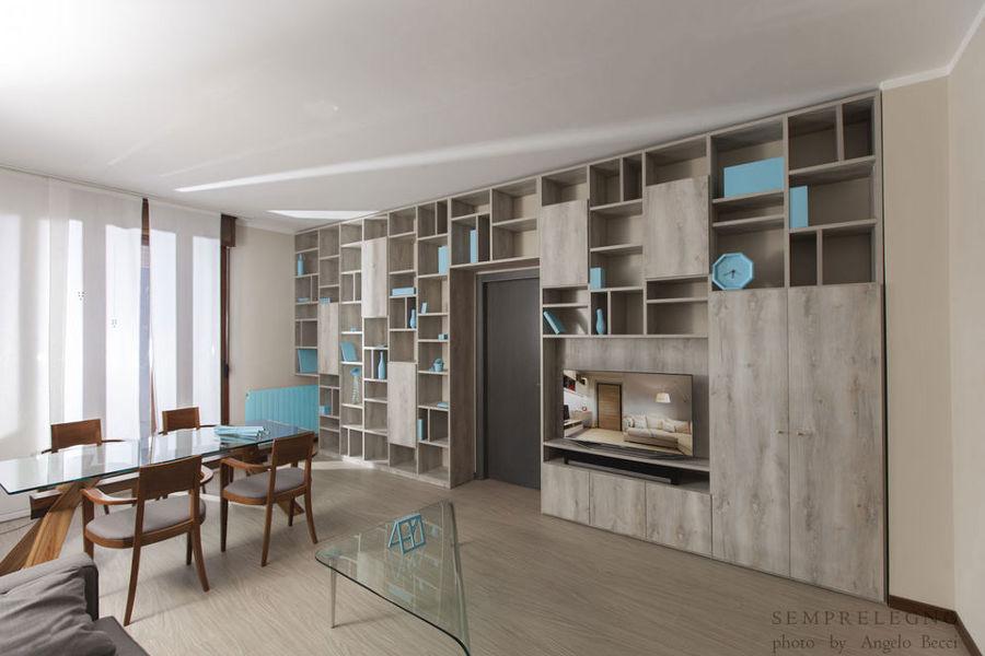 Parete libreria realizzata su misura per soggiorno moderno