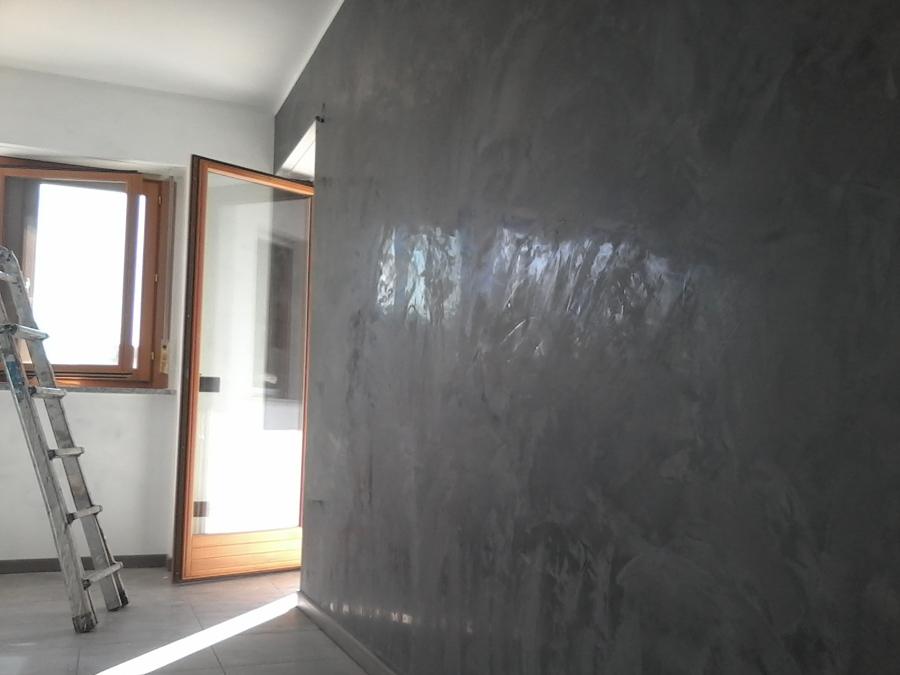 Parete grigia a stucco veneziano con brillantini una for Idee casa stucco