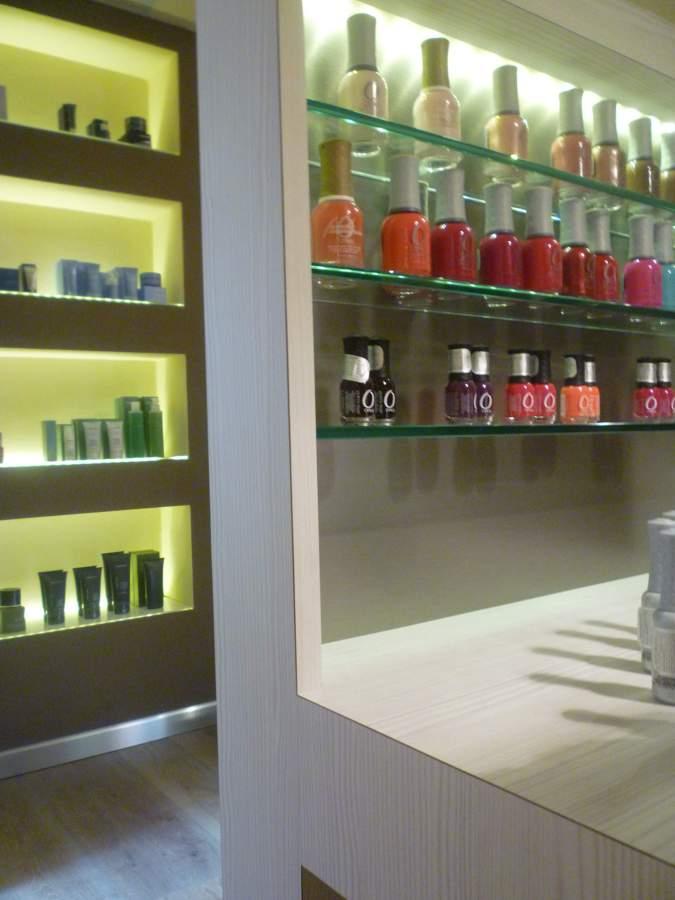 Foto pareti attrezzate per esposizione prodotti di for Foto pareti attrezzate