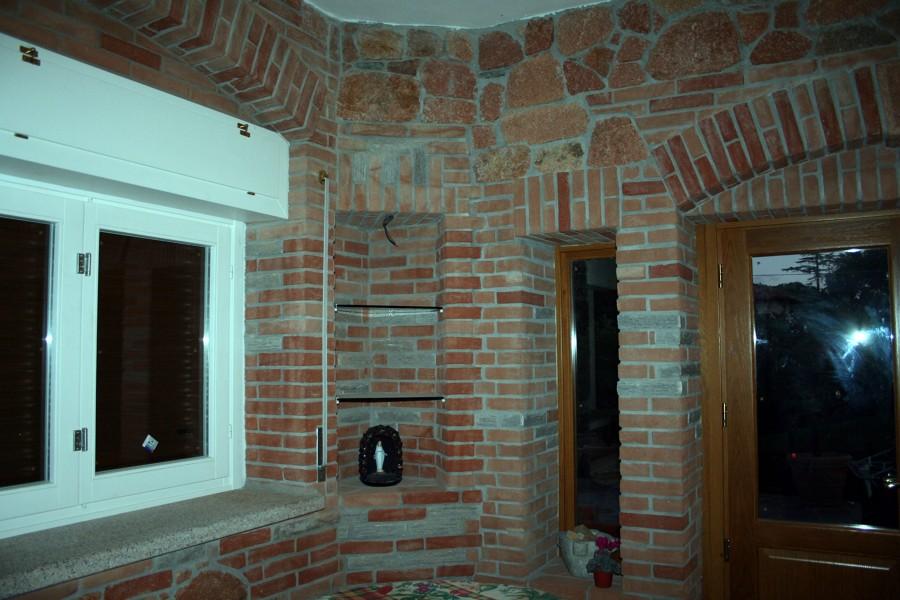 Creazione taverna con sassi rossi di cuasso al monte e for Arco in mattoni a vista
