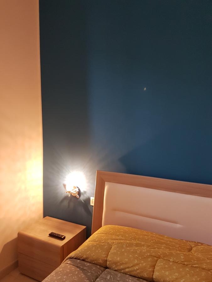 particolare camera da letto parete in blu ottanio