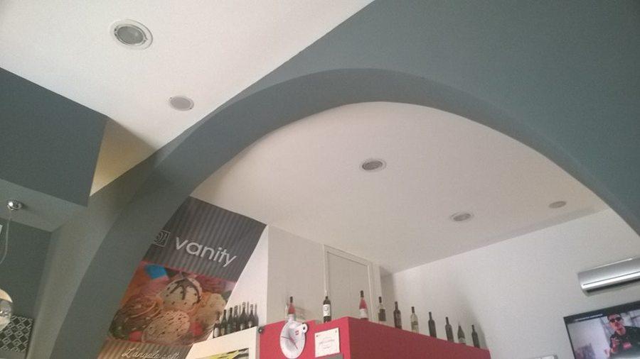 foto: particolare controsoffitto con faretti e arco in cartongesso