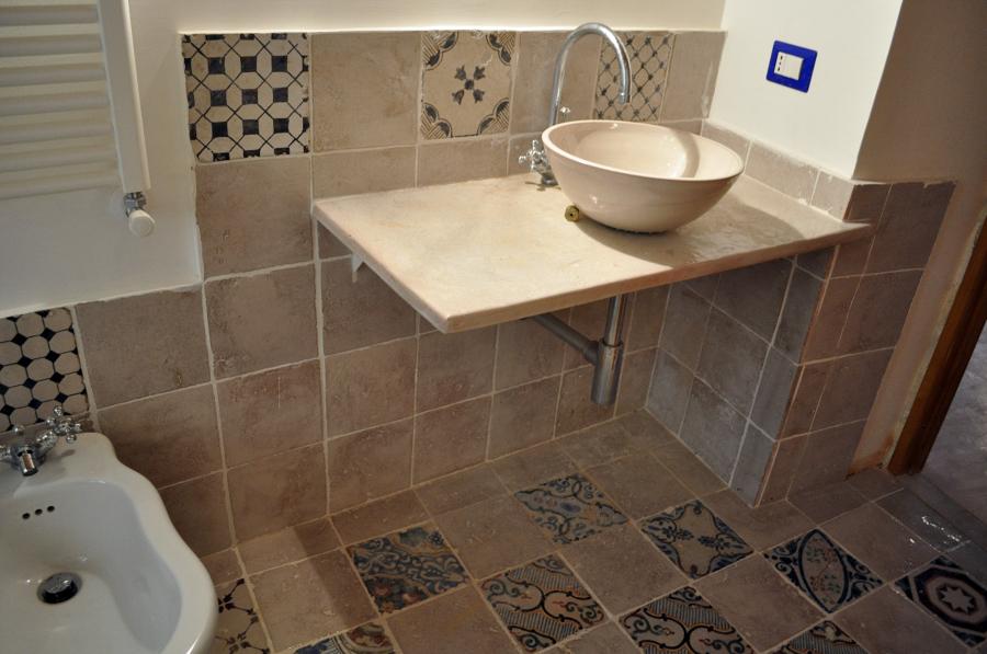 Idee piastrelle bagno moderno con pavimento in finto legno