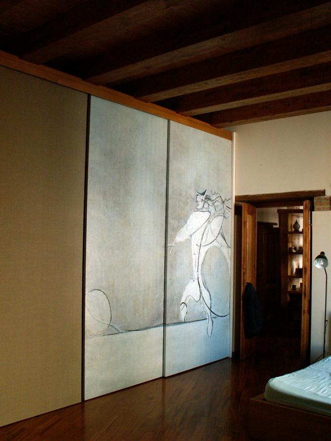 Particolare della Camera da letto con armadio ad ante scorrevoli, rivestiti da tele stampate