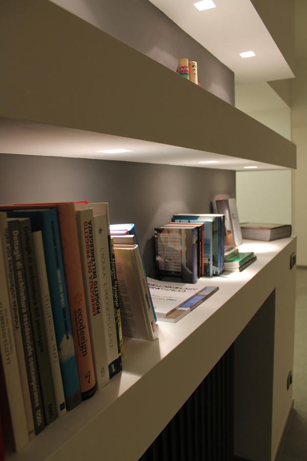 Particolare della libreria in cartongesso