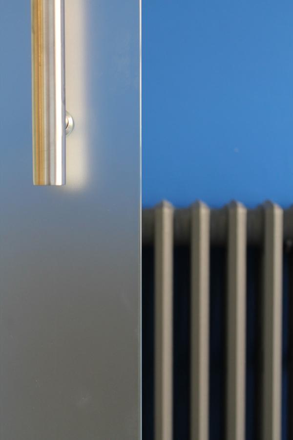 Particolare della porta vetrata e del radiatore in ghisa (recuperato)