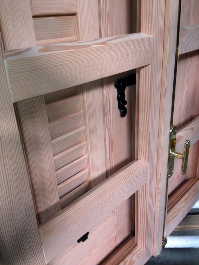 Foto particolare di finestra e persiana monoblocco stile antico de nardone legno 101967 - Finestre monoblocco in legno ...
