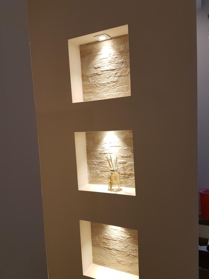 particolare di illuminazione parete in cartongesso.