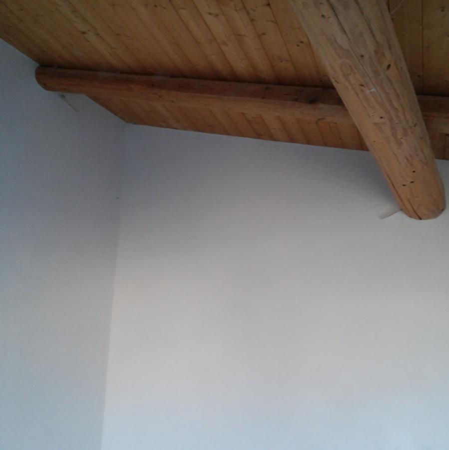 Foto particolare di pareti rasate con soffitto in legno for Soffitto della cattedrale di legno