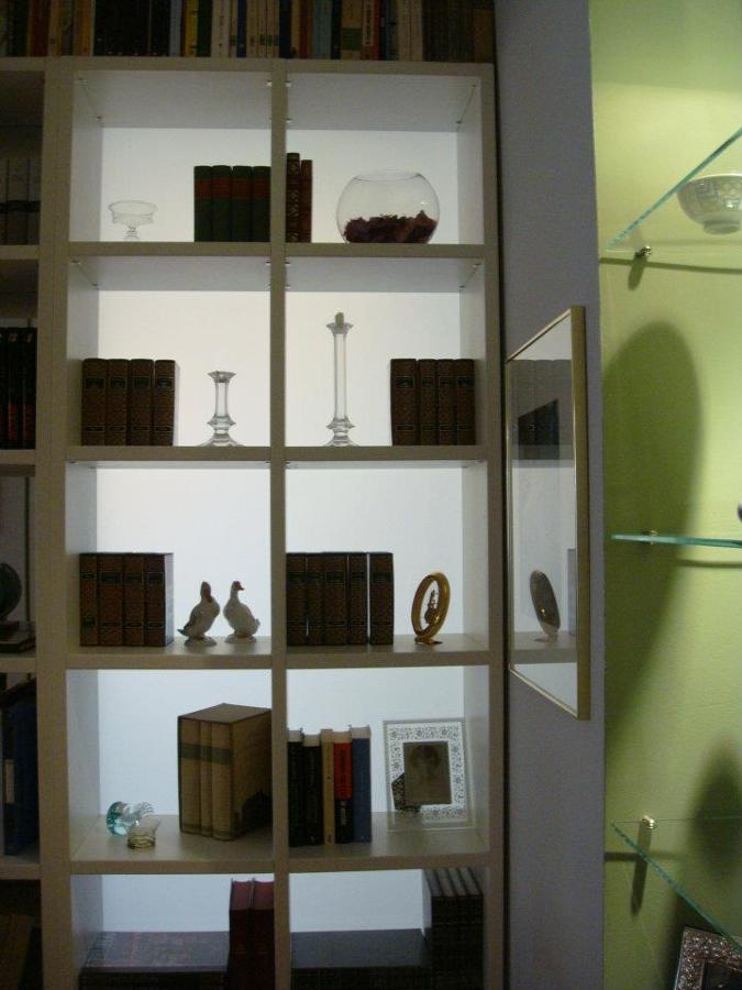 Particolare divisorio acidato dietro libreria