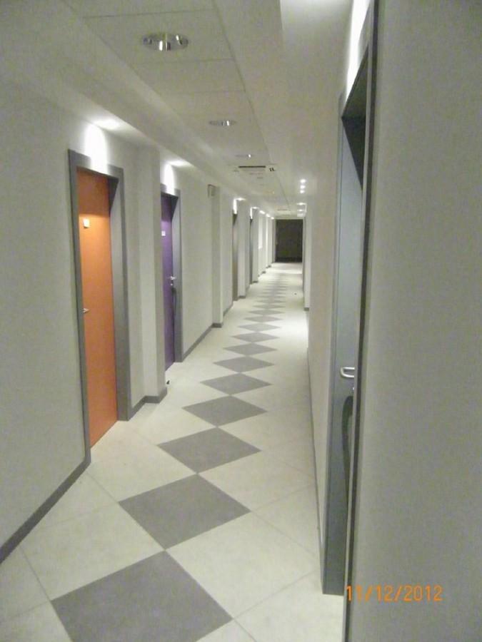 Foto particolare illuminazione corridoio di studio amr - Il tappeto del corridoio ...