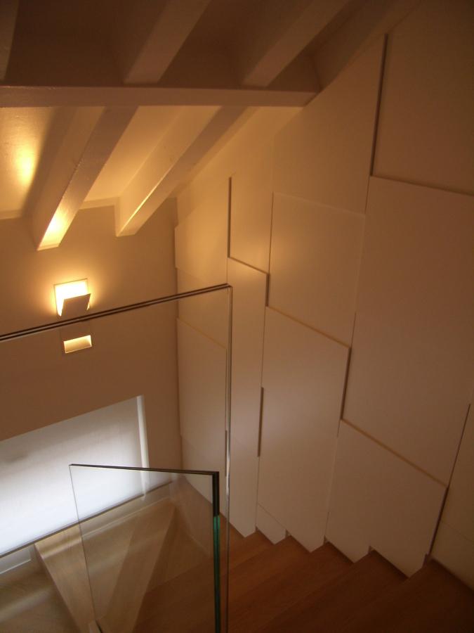 Particolare nuova scala in legno parapetti in cristallo.