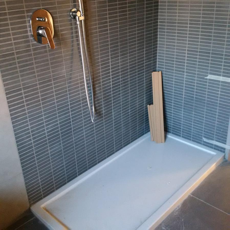 Simple foto particolare piatto doccia basso profilo di - Piatto doccia marmogres ...