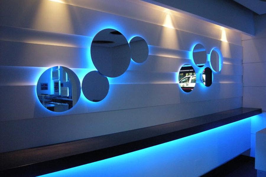 particolare rivestimento a parete con illuminazione