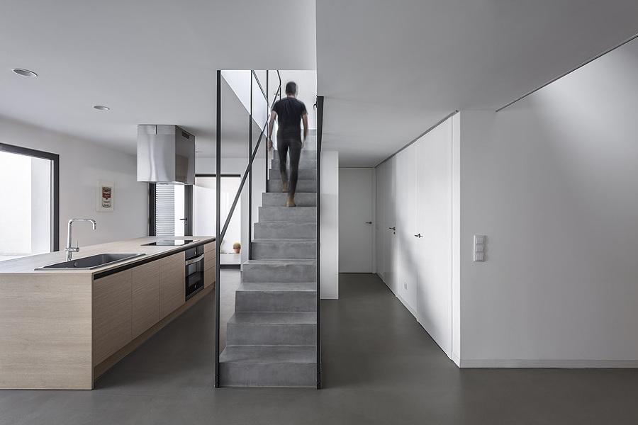Pavimento e scale rivestite in resina grigia