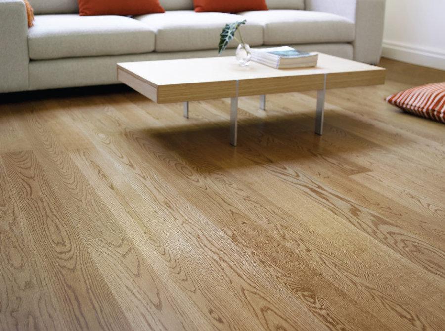 Pavimento in legno colore naturale.
