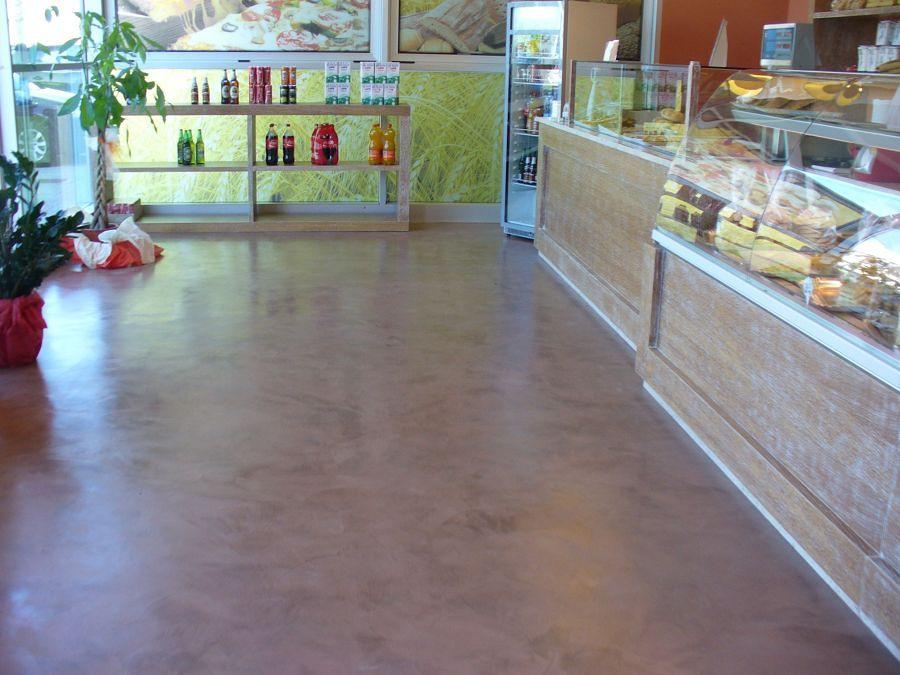 pavimento in  cemento resina  lucido effetto spatolato