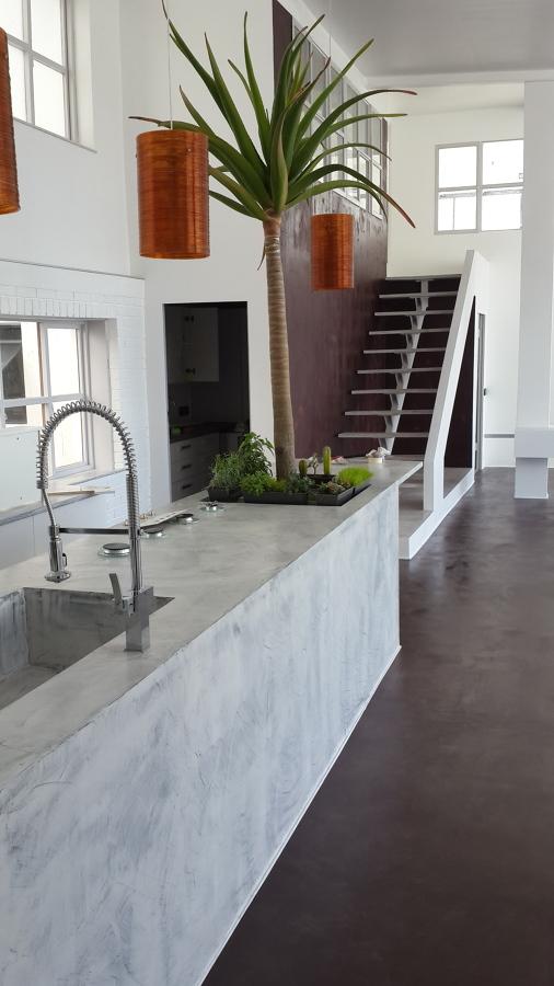 Pavimento, pareti e cucina in Resina Materia by Elekta