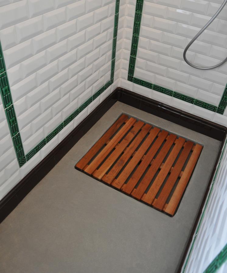 Piano doccia in resina con alloggio per pedana in legno.