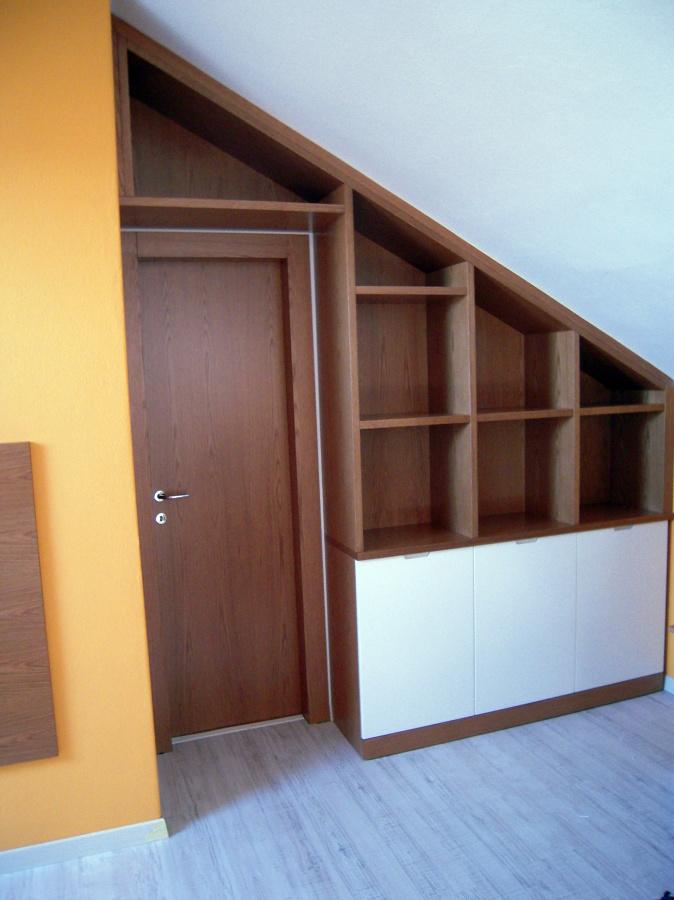 Progetto arredo mansarda su misura idee mobili - Libreria con porta ...