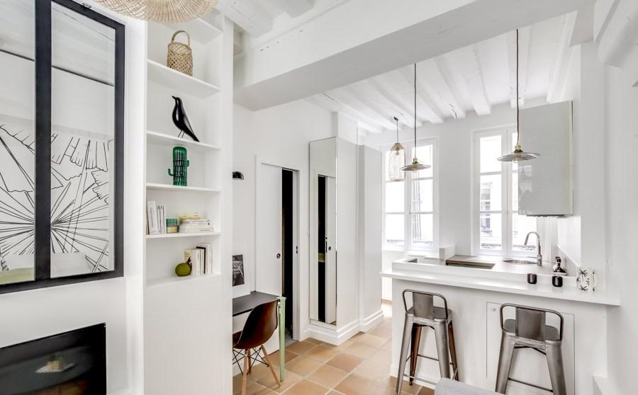 Piccolo appartamento con pareti bianche