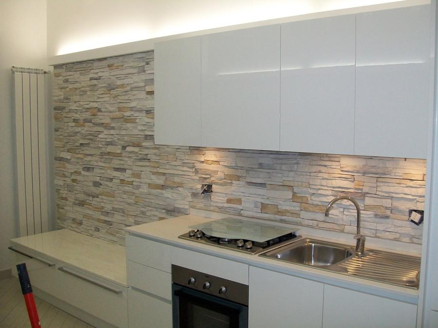 Progetto realizzazione rivestimenti in pietra idee imbianchini - Idee rivestimento cucina ...