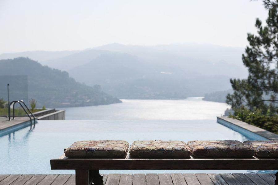 piscina a sfioro e natura