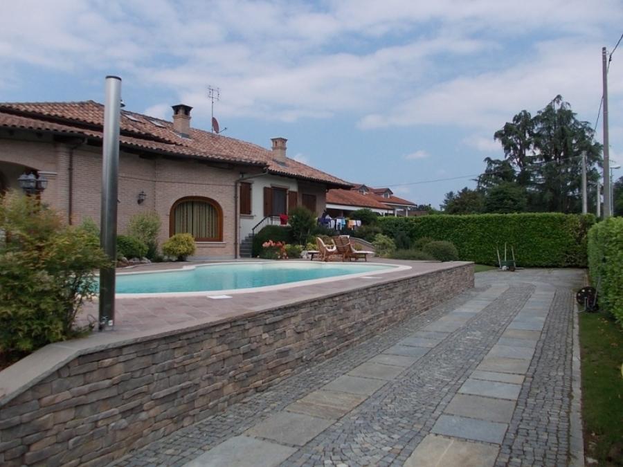 Foto piscina con muro di contenimento in stile abitazione di erre costruzioni s r l 511309 - Piscina rivarolo ...