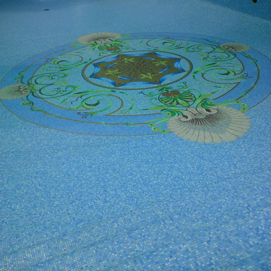Piscina in mosaico di vetro con decorazione artistica