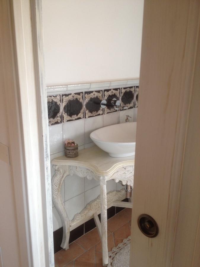 Progetto di arredo di interni con fornitura di porte in abete massello e complementi a - Mobile bagno shabby ...