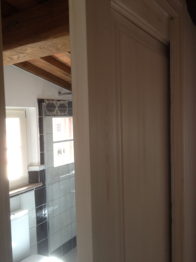 Progetto di arredo di interni con fornitura di porte in abete massello e complementi a - Porte stile shabby chic ...