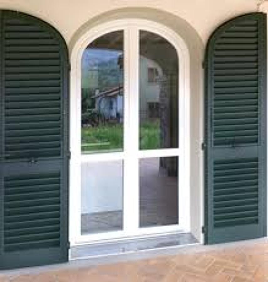 Foto porta finestra centinaia con persiane di tecnofinestre 264098 habitissimo - Finestre con persiane ...
