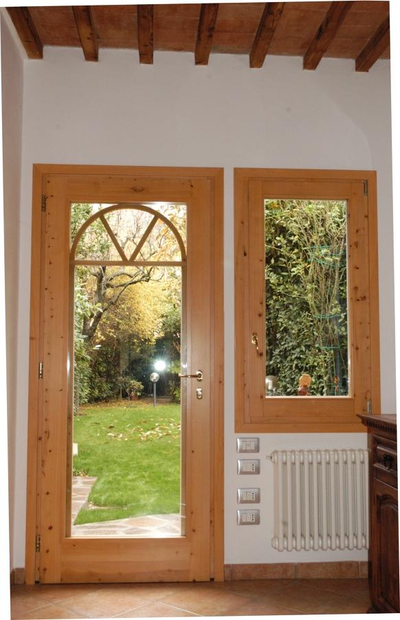 Foto portafinestra finestra in legno cipresso tinta naturale di yacopo abeti falegname - Porte finestre legno ...