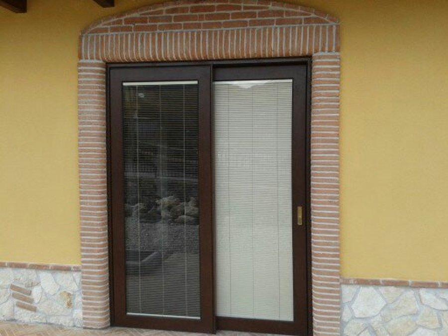 Progetto villeta realizzata con infissi in alluminio con for Disegno finestra con persiane