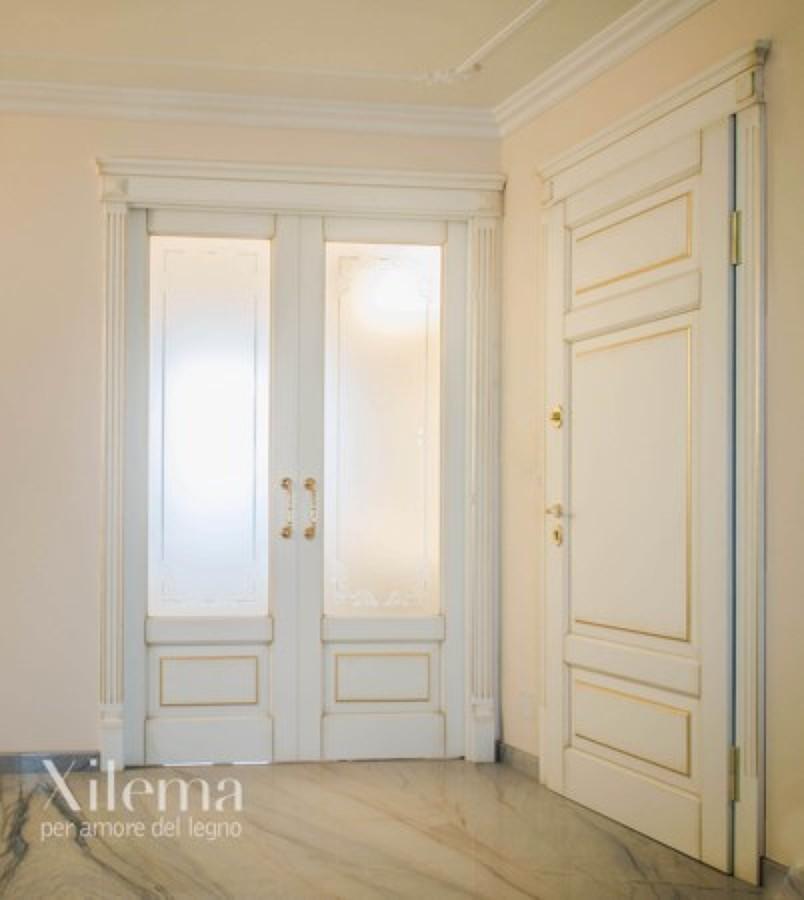 Boiserie eleganti porte interne e fronte cottura per - Idee porte interne ...