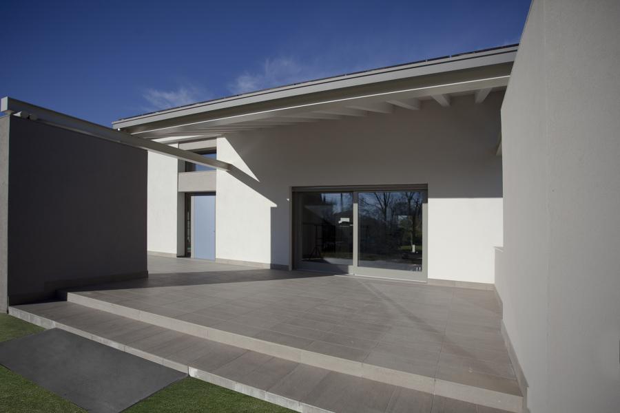 Foto portico esterno con struttura mista in legno for Ville con portico in legno