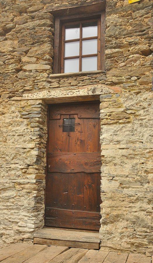 Portoncino e finestra
