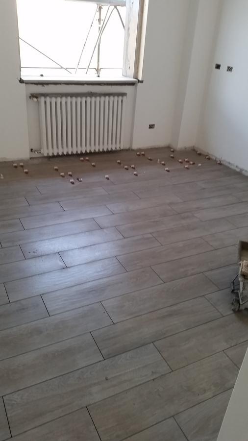 Foto posa pavimenti in gres effetto legno di negesi srl 425808 habitissimo - Piastrellisti a trieste ...