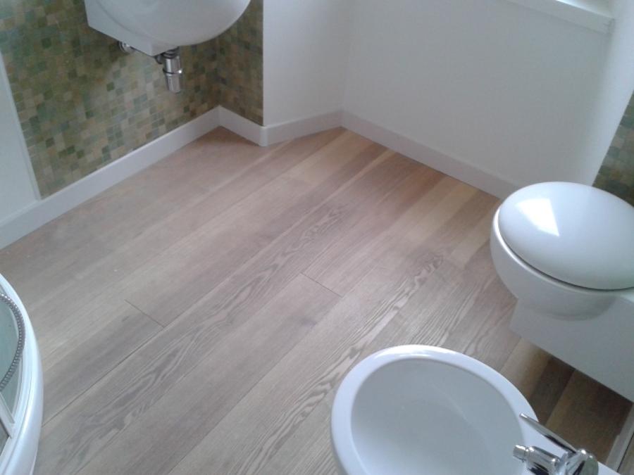 Foto pulizia parquet bagno prima di spazio parquet snc for Pulizia parquet