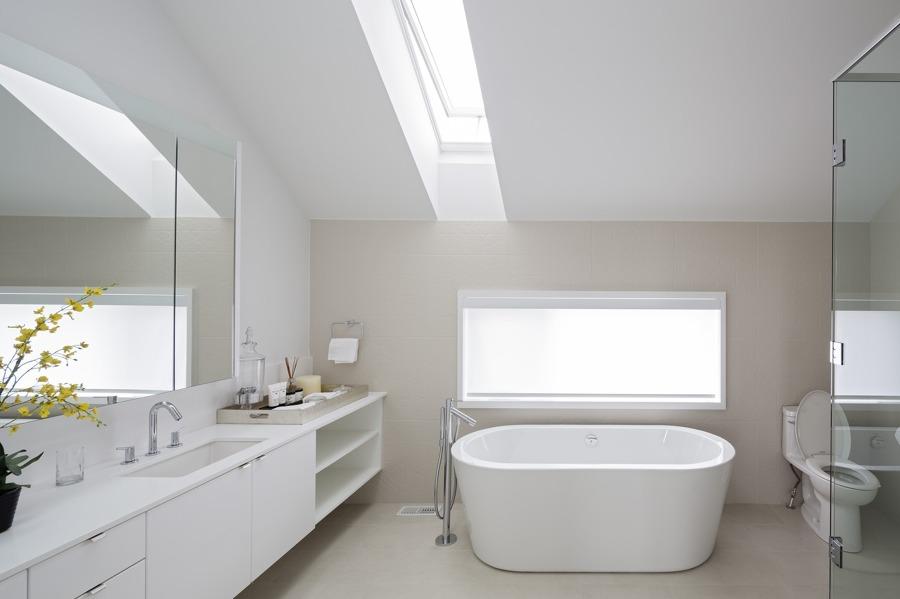 Bagno moderno sottotetto ~ le migliori idee per la tua design per la