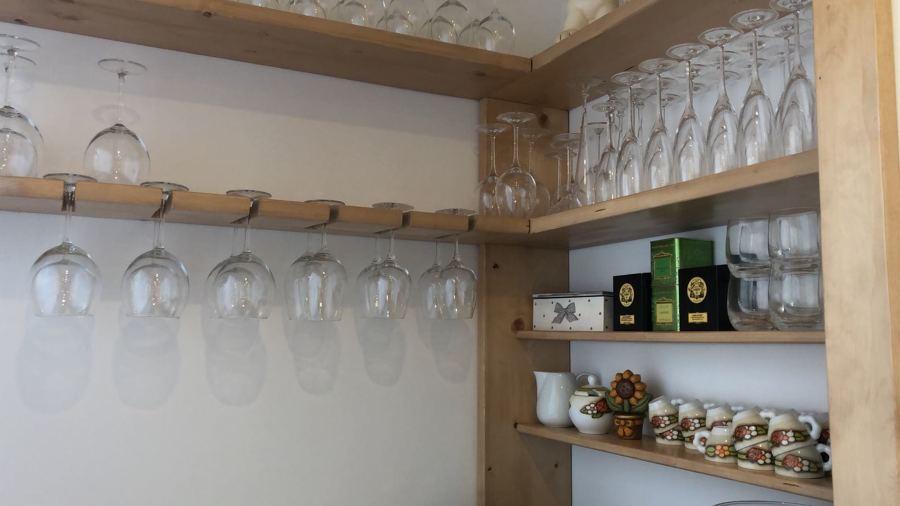 Rastrelliera bicchieri e mensole su misura in abete