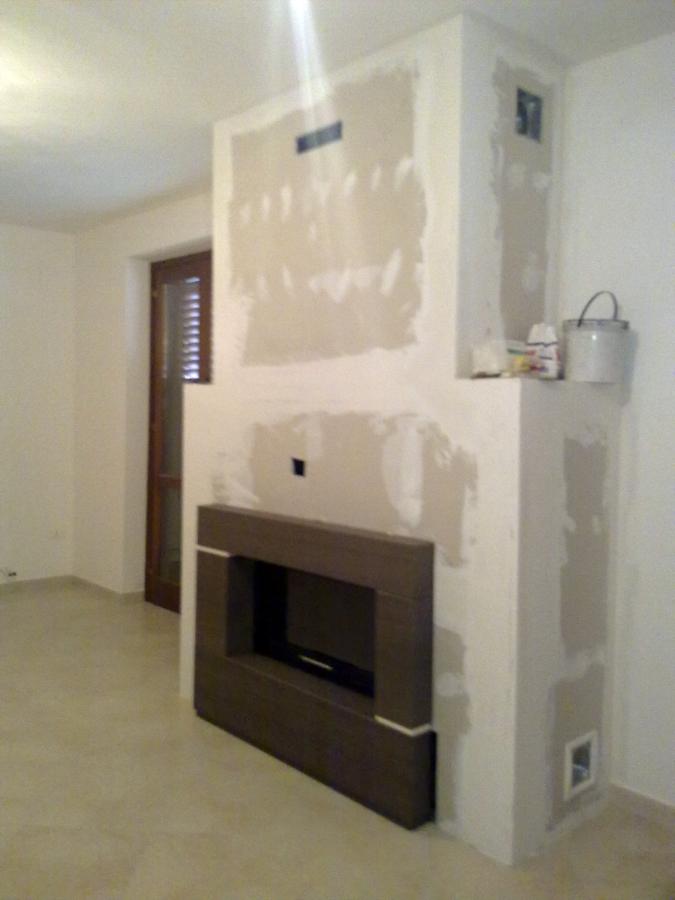 Foto realizzazione camino e rivestimento palazzetti di - Rivestimento camino ...