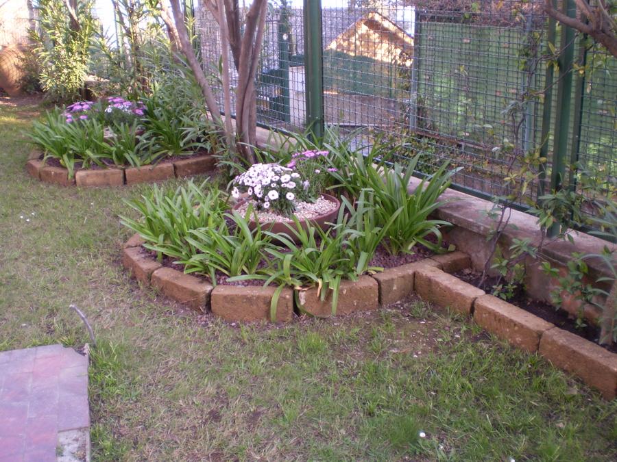 Progetto di realizzazione di due piccole aiuole floreali for Progetto aiuole per giardino