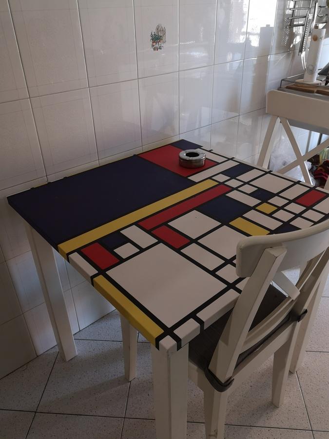 Recupero della carta per ricoprire tavolino della cucina